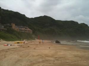 外浦海岸の奥が台風で赤旗、2011/7/18