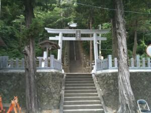 外浦海岸の神社、石段が続く