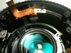 応急修理した絞りユニットのフレキを組み付け。EF-S 18-55mm II USM