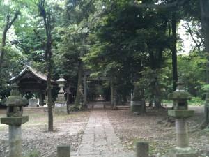 神明神社の拝殿前から参道の入口は遥か彼方、550m