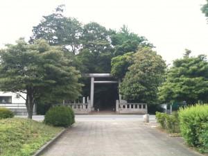 鎮守の森公園から神明神社の参道入口を望む。